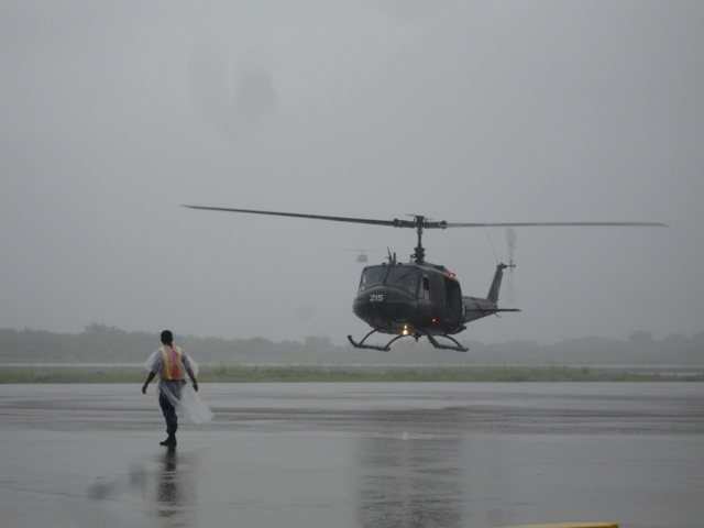 Imagen superior: Helicópteros aterrizados en la SBA. Imagen inferior: FAS 215 aterrizando procedente de playa Las Hojas, nótese un segundo helicóptero al fondo de la imagen (fotos B7).